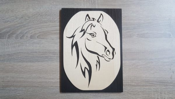 cheval en bois encadré
