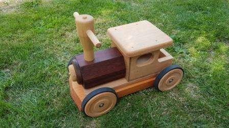Porteur locomotive en bois
