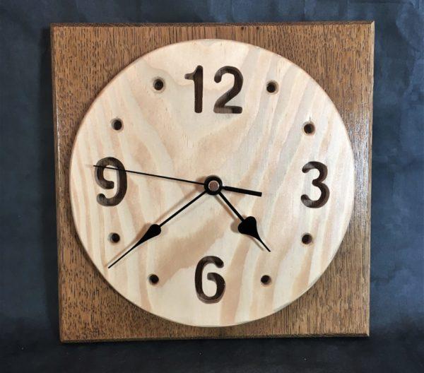Horloge en bois murale